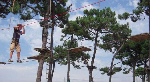 geniet van het touwenparcours in st cast bij camping Château de Galinée