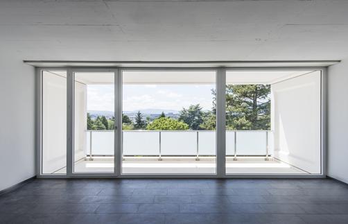 Luminosité et simplicité avec cette porte fenêtre Tryba…